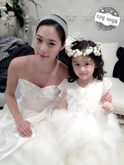 Chụp hình cùng người mẫu Yoon Soo Jin