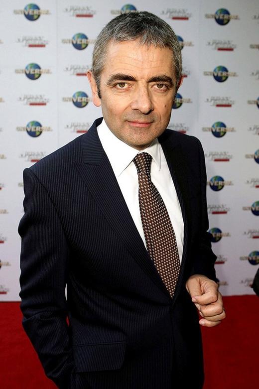 """Trái ngược với vai diễn có phần """"não phẳng"""" - Mr Bean, Rowan Atkinson lại có thành tích học tập khiến người ta nể phục. Ông đã sở hữu tấm bằng thạc sĩ chuyên ngành Kỹ sư điện của trường đại học danh tiếng Oxford."""