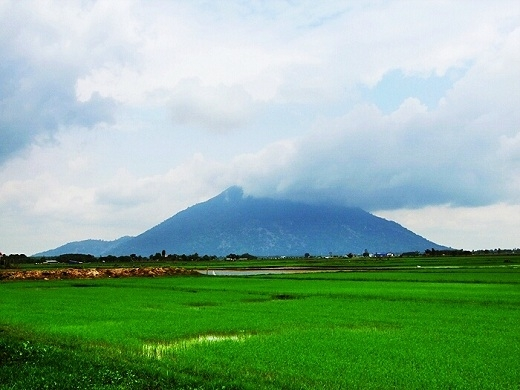 Là ngọn núi cao nhất miềnĐông Nam Bộ, núiBà Đenlà điểm thu hút du lịch chính củaTây Ninh.