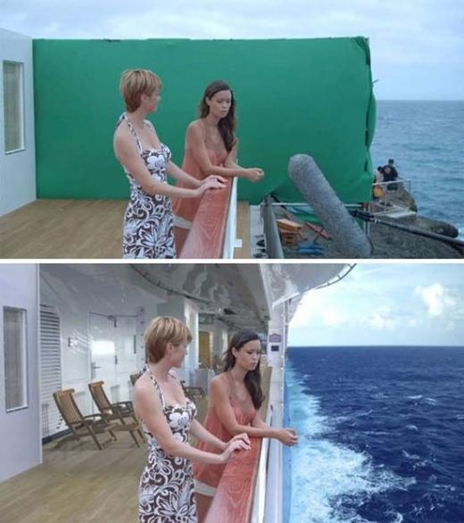 Hai nhân vật đang đứng trên bờ biển nhưng khi vào phim, họ đang ở trên một du thuyền