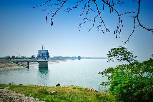 Hồ Dầu Tiếng có không gian rộng lớn, quan cảnh thiên nhiên trải dọc theo hai bên hồ tạo nên một bức tranh thiên nhiên hữu tình và thơ mộng.