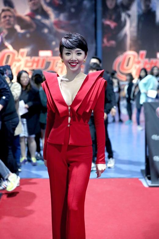 Bộ vest của Tóc Tiên lại được điểm xuyết bằng những chi tiết dựng phom 3D xếp lớp kì công. Thiết kế này đã giúp cô tỏa sáng khi tham dự một sự kiện tại Hàn Quốc.