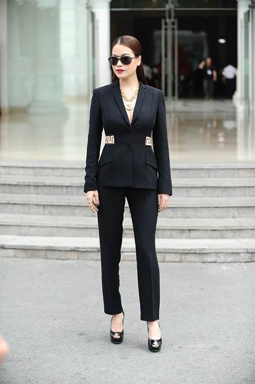 Trương Ngọc Ánh diện bộ vest đen xẻ ngực sâu của Versace khi đến với buổi casting của Project Runway VietNam 2015. Thiết kế này có giá khá chát hơn 150 triệu đồng.