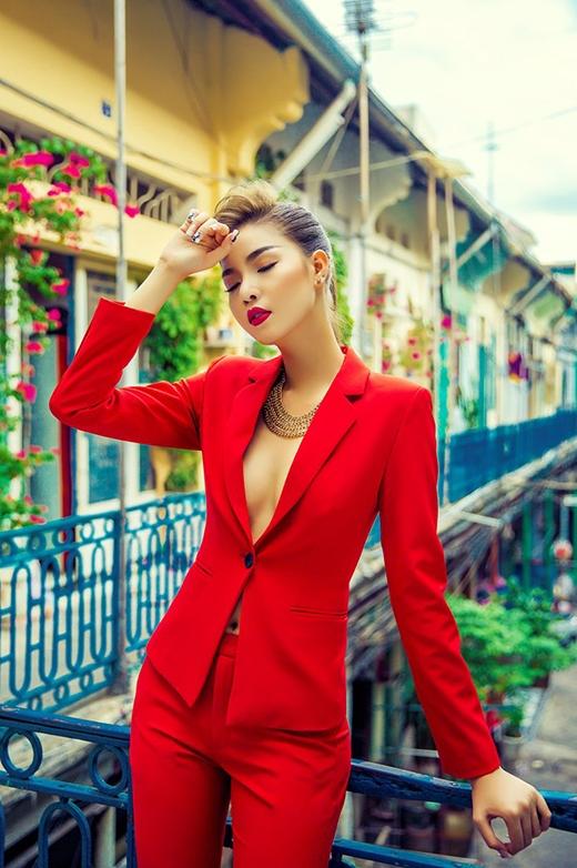 Đụng hàng khi cùng diện một bộ vest đỏ nổi bật, nếu như Linh Chi đơn giản với tóc xõa, uốn xoăn nhẹ thì Kỳ Hân lại chọn kiểu tóc bới sang trọng và kết hợp cùng vòng cổ ánh kim to bản.
