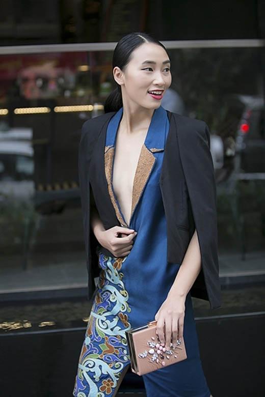 Dáng vest xẻ sâu lại xuất hiện khá lạ mắt trong bộ jumpsuit họa tiết của Trang Khiếu.