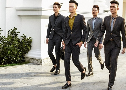 Anh Vũ (ngoài cùng bên trái) trong vai trò người mẫu.