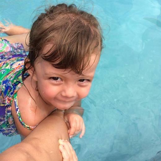 Tép được ba mẹ cho đi tập bơi