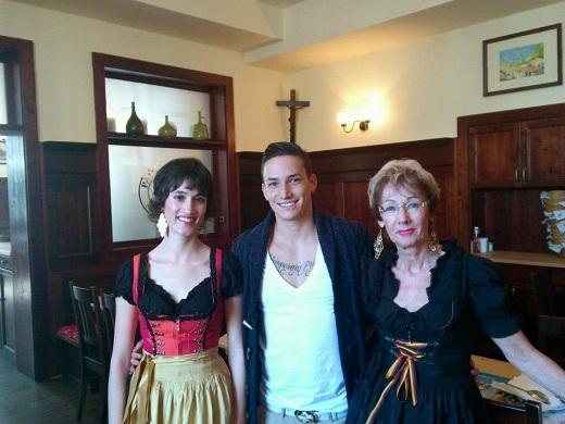 Marcel cùng mẹ và chị gái xinh đẹp.