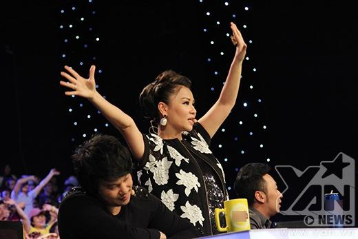 Thu Minh phấn khích đứng lên cổ vũ Phương Thảo - Ngọc Lễ và top 4.