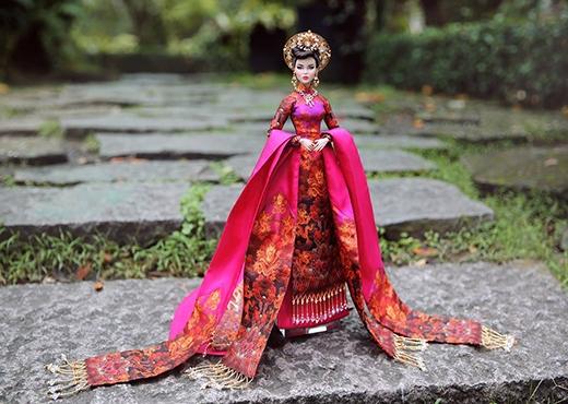 Lấy ý tưởng từ hình ảnh, vẻ đẹp của Nam Phương Hoàng hậu, bộ áo dài với sắc hồng tím tạo nên sự ngọt ngào, đằm thắm nhưng lại mang đậm chất cung đình, quyền uy bởi những họa tiết rồng phượng in thêu độc đáo.