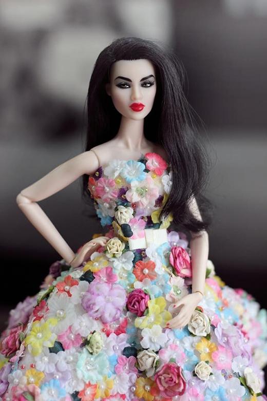 Chiếc váy xòe cúp ngực không hề thua kém những sản phẩm cao cấp dành cho người thật của các thương hiệu danh tiếng.