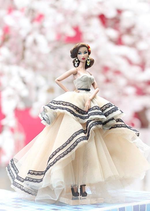 Thiết kế váy cưới bồng bềnh, lãng mạn được thực hiện trên nền chất liệu voan kết hợp những chi tiết bằng ren đính viền chân váy.
