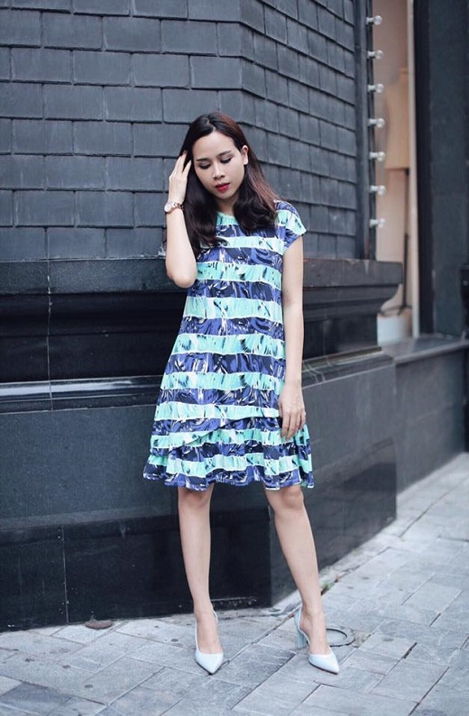 Lưu Hương Giang thường xuyên kết hợp những set đồ trer trung. Chiếc đầm chữ A họa tiết bắt mắt với phần nhún bèo tinh tế ở đuôi váy trở nên hoàn hảo hơn khi đi kèm đôi giày cao gót cùng tông màu xanh tươi mát.