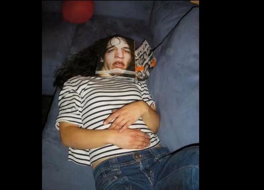 Một chàng trai? À không! Một cô gái đang nằm ngủ!