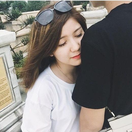 An Japan lại tiếp tục một lần nữa 'lập lờ, úp mở' về anh chàng người yêu của mình. Cô chưa từng công khai bức hình hay thông tin nào có mặt chính diện của bạn trai. Vài ngày trước là bức hình 'An Japan cầm trai bạn trai' nhưng chỉ là cái bóng trên thảm cỏ. Còn hôm nay bức hình cô đăng tải lại là bờ vai của anh chàng này. Rất nhiều người hâm mộ cô hot girl Hà thành này đang rất tò mò và nóng lòng muốn biết mặt bạn trai củaAn Japan.