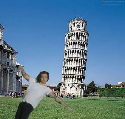 Hot boy One Direction bên tháp nghiêng Pisa nổi tiếng.