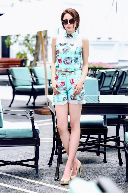 Với một mẫu thiết kế khác có điểm nhấn là cổ áo truyền thống và đơn giản, Kỳ Duyên trông thật hiện đại, năng động thu hút nhiều sự chú ý.