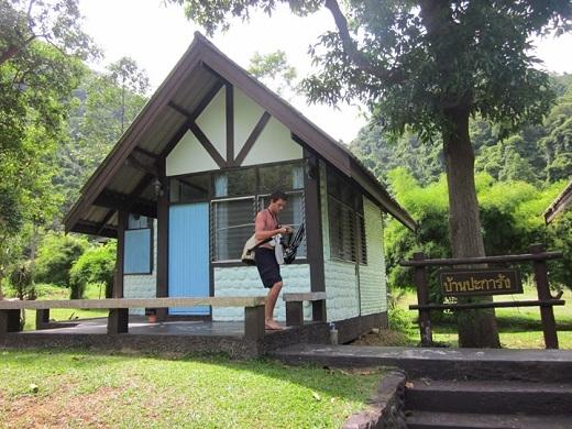 Nếu bạn muốn ở lại qua đêm, hãy tìm đến những ngôi nhà gỗ đơn giản như thế này.