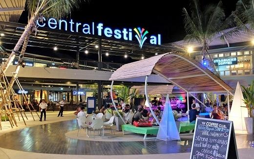 Central Festival SamuiởChawengvới kiến trúc hiện đại và náo nhiệt không kém gì các trung tâm mua sắm trong lòngBangkok.