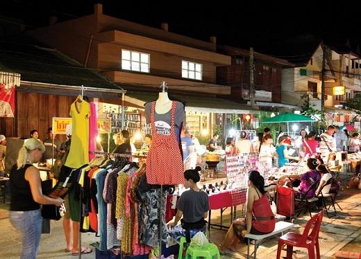 Maenamvới nhiều loại món ăn đường phố độc lạ củaThái Lanvà phụ kiện giá rẻ.