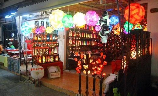 Lamai Night Plaza ngập tràn đèn màu như Hội An ở Việt Nam.