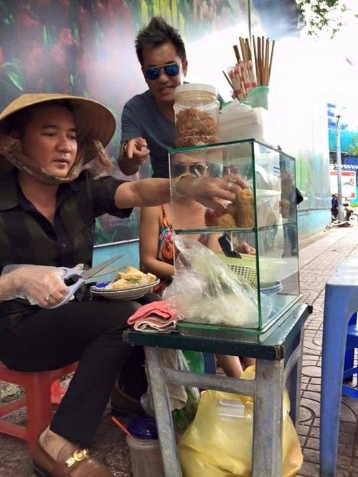 Không ít fan sẽ phải phì cười khi thấy hình ảnh một Đàm Vĩnh Hưng đội nón bán bánh ướt như thế này. - Tin sao Viet - Tin tuc sao Viet - Scandal sao Viet - Tin tuc cua Sao - Tin cua Sao