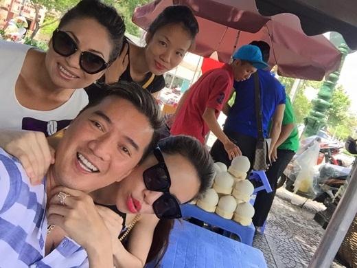 Không giống như nhiều người nổi tiếng khác, ông hoàng nhạc Việt thường xuyên 'lê la' tại các quán ăn nhỏ dân dã ven đường. - Tin sao Viet - Tin tuc sao Viet - Scandal sao Viet - Tin tuc cua Sao - Tin cua Sao
