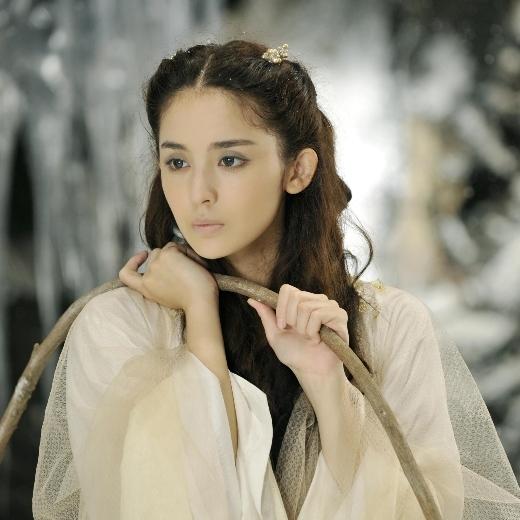 Dù là 'gà mới' và không nổi tiếng bằng đàn chị Đường Yên, Lưu Thi Thi nhưng nhờ vẻ đẹp trong sáng thơ ngây nên cô rất được khán giả nam yêu thích.