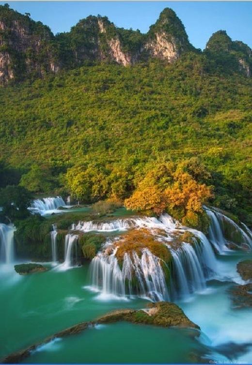 Sự mềm mại của dòng thác, dịu êm của sắc thu hòa quyện với nét hùng vĩ của ngọn núi thể hiện sự vững chãi và chắc chắn, âm dương hòa hợp của thiên nhiên Cao Bằng.