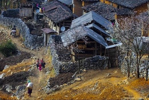 Con đường đất đá quanh co, nhỏ hẹp, những mái nhà cũ kĩ chồng lên nhau và những con người miền núi hiền hậu làm nên vẻ đẹp của Cao nguyên đá Đồng Văn, Hà Giang.
