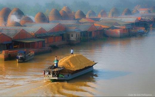 Một buổi sáng tại làng gốm Nhơn Phú thuộc huyện Mang Thít, Vĩnh Long.