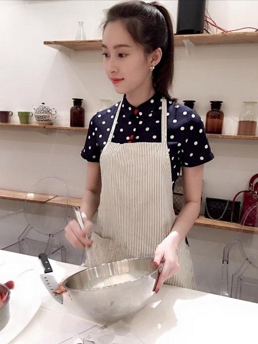 Hoa hậu Việt Nam 2012 vô cùng xinh xắn với kiểu tóc đuôi gà trẻ trung.