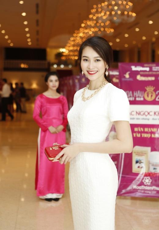 Hoa hậu Thu Thảo đẹp quyến rũ với mái tóc mang phong cách cổ điển buộc hờ hững sau gáy.