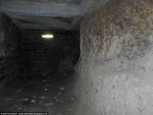 Bên dưới Nhà thờ Con gà là 12 phòng chứa vẫn chưa hoàn thành xong. Những phòng chứa này từng được dùng để cách li, phục hồi trẻ em và những người nghiện ma túy.