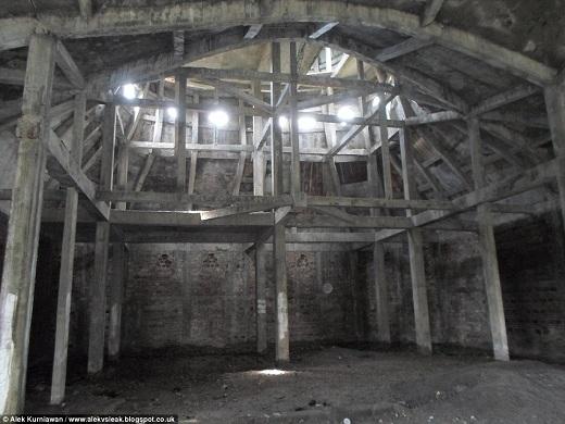 Một blogger du lịch từng đến đây nói rằng những cây cột trong nhà thờ vẫn còn nguyên vẹn, không có dấu hiệu nứt hay vỡ.