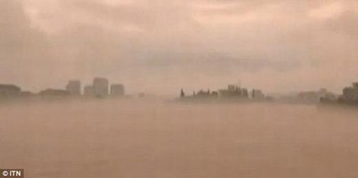 Những hình ảnh trên bầu trời không khác nhiều so với một thành phố thực sự bao phủ bởi sương mù.