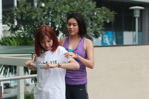 Hoàng My hướng dẫn Kim Nhã những động tác khởi động cơ bản trước khi thực hiện những cuộc chạy bộ.