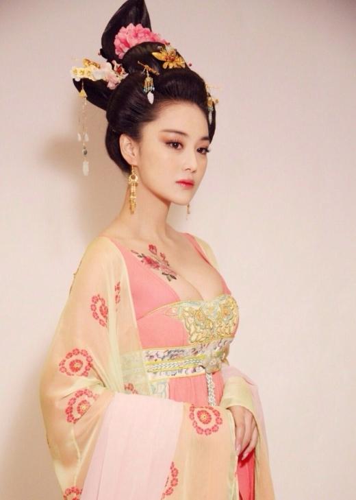 Dù đóng phim hiện đại hay cổ trang thì Trương Hinh Dư vẫn hoàn thành rất xuất sắc nhiệm vụ tô điểm cho bộ phim.