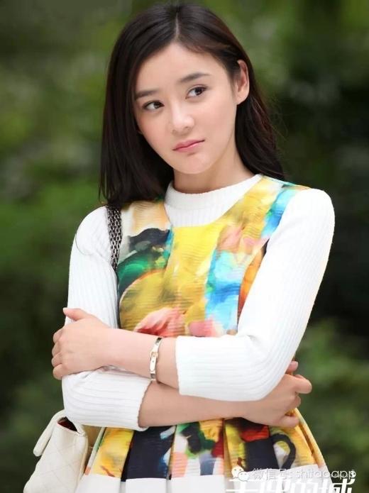 Vốn dĩ, Viên San San là một người có nét đẹp vô cùng dịu dàng, vì vậy với cô, tạo hình trong phim hiện đại thì rất hút hồn.