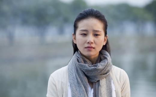 Lưu Thi Thi không xinh đẹp nhưng có khuôn mặt dịu dàng và thanh tú. Nét đẹp của cô lại dễ dàng gây thiện cảm với khán giả trong cả 2 dòng phim hiện đại lẫn cổ trang.