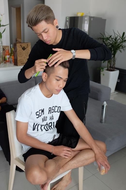 Ứng Duy Kiên giúp người anh thân thiết làm tóc. - Tin sao Viet - Tin tuc sao Viet - Scandal sao Viet - Tin tuc cua Sao - Tin cua Sao