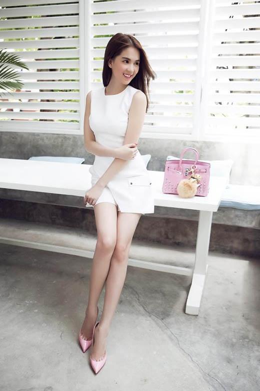 """Yến Trang, Ngọc Trinh """"đụng hàng"""" với cả cây trắng kết hợp cùng túi xách tông hồng ngọt ngào, lãng mạn."""