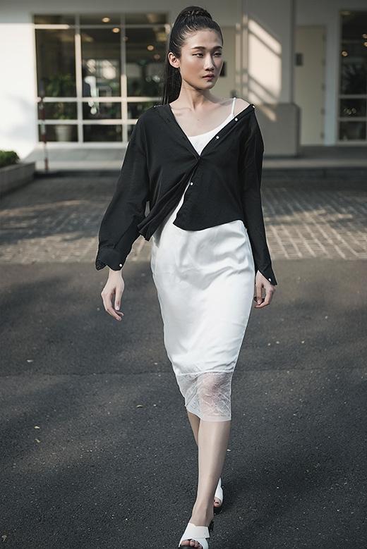 Kha Mỹ Vântiếp tục lăng xê mốt váy ngủ đang làm mưa làm gió trong làng mốt Việt. Chiếc váy trắng hai dây phom suông khá gợi cảm được cô nàng biến tấu trở nên thanh lịch hơn khi diện cùng áo sơ mi đen.