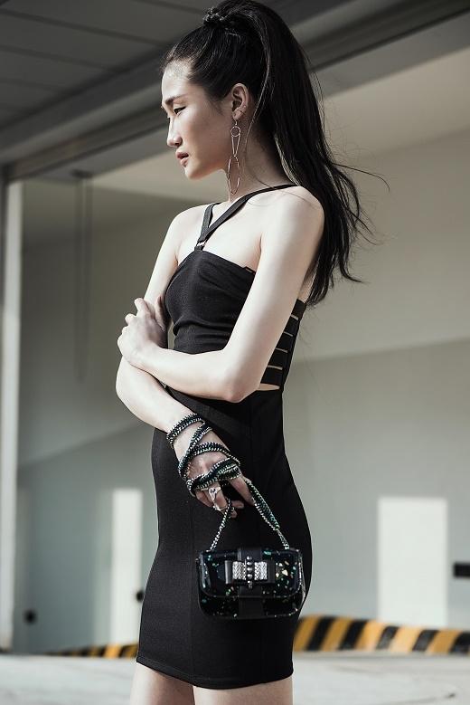 Chân dài khoe khéo những đường cong gợi cảm trên cơ thể cùng chiều cao lý tưởng trong chiếc váy đen ôm sát.