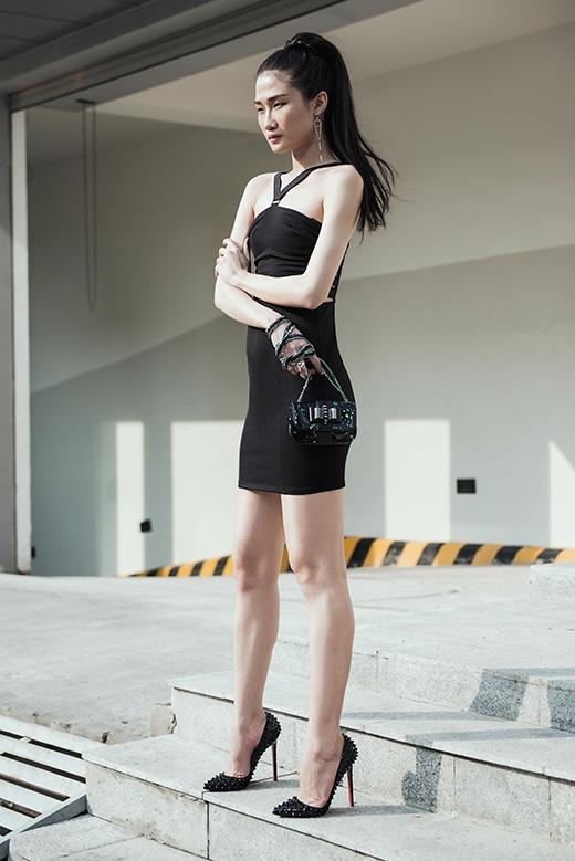 Túi xách da mini cùng giày cáo gót nạm đinh làm tăng thêm vẻ cá tính, mạnh mẽ cho tổng thể.