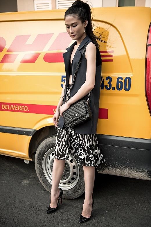 Sử dụng sắc đen làm chủ đạo,Kha Mỹ Vânvô cùng táo bạo khi diện crop top dạng bra kết hợp cùng chân váy voan xếp li điệu đà và áo blazer dáng dài khoác ngoài.