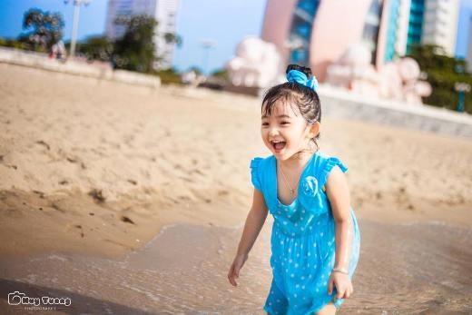 Mới đây, những bức hình bé Susu được chụp tại bãi biển Nha Trang lại một lần nữa thu hút sự chú ý của đông đảo cư dân mạng.