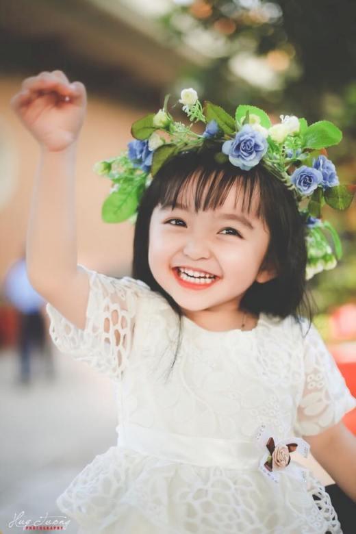 'Thiên thần váy trắng' với nụ cười trong veo.