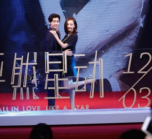 Cặp đôi tung hứng trên sân khấu.