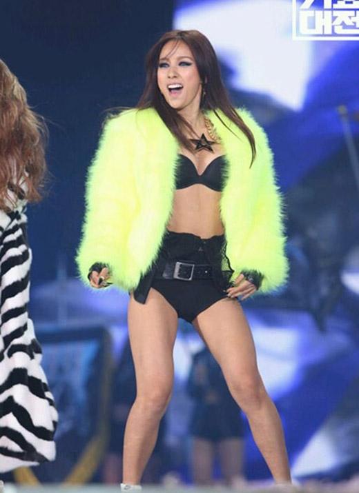 Những trang phục hở bạo dường như đã trở thành thương hiệu của nữ ca sĩ Lee Hyori trên sân khấu.